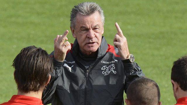 Dimanche, lors de l'entraînement, Ottmar Hitzfeld semble revenir sur son geste de vendredi... [Walter Bieri - Keystone]