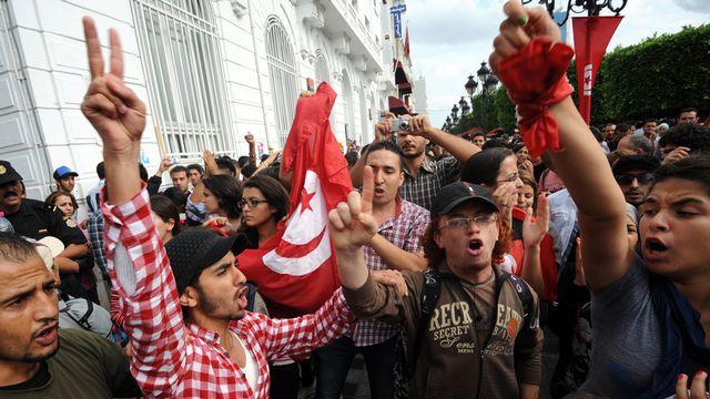 Des manifestants se sont réunis devant l'Assemblée national constitutionnelle mardi. [FETHI BELAID - AFP]