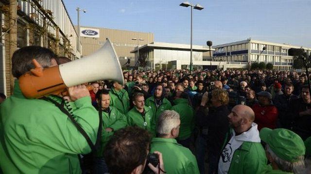 Mercredi, les salariés de Ford attendaient la tenue d'une réunion extraordinaire devant l'entrée principale de l'usine d'assemblage de Genk, en Belgique.  [DIRK WAEM - AFP]