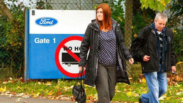 Des employés quittent l'usine Ford de Southampton après la réunion entre des dirigeants de Ford et les syndicats. [AP Photo/Chris Ison - Keystone]