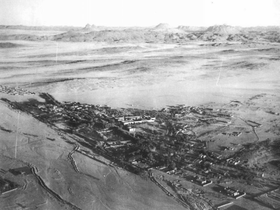 Foggara dans l'oued Tamanrasset et l'agglomération vers 1950 [Encyclopédie berbère (http://encyclopedieberbere.revues.org/1951). Domaine public]