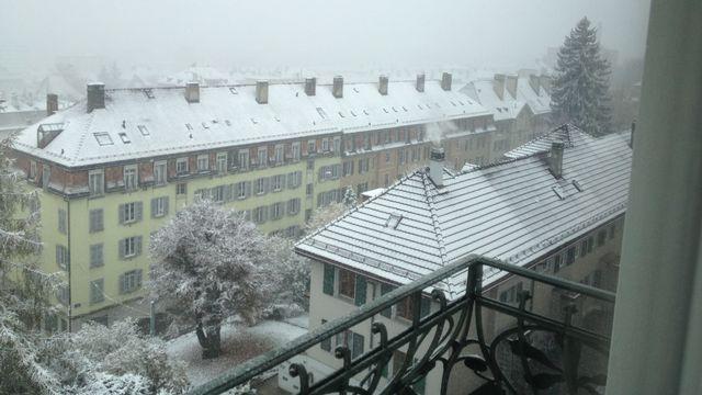 La ville de La Chaux-de-Fonds (NE) est plongée en mode hivernal dimanche. [Dave Montanari - vosinfos]