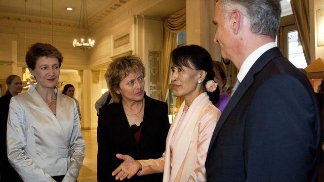 A cause du décalage horaire, la Prix Nobel de la paix Aung San Suu Kyi a dû renoncer au repas officiel avec les conseillers fédéraux Simonetta Sommaruga, Eveline Widmer-Schlumpf et Didier Burkhalter. [Freshfocus Pool/Yoshiko Kusano - Keystone]