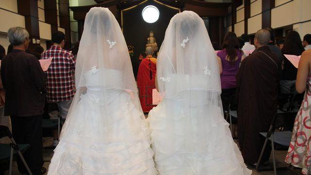 rencontre entre gay wedding dress a Saint-Priest