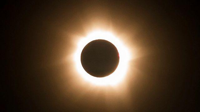 L'éclipse solaire au-dessus de l'Etat du Queensland (nord), un des rares endroits d'où pouvait être admirée cette union entre le Soleil et la Lune. [AP Photo/Tourism Queensland - Keystone]