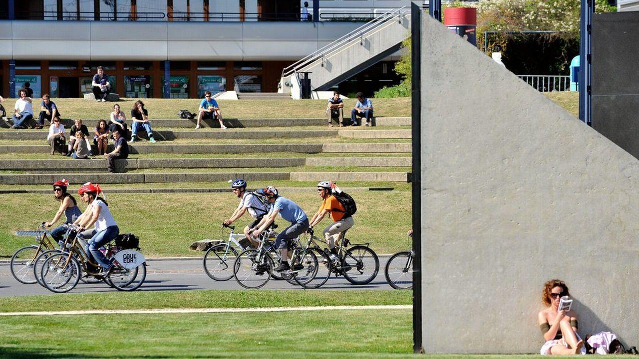 Les étudiants des hautes écoles lausannoises sont encouragés à utiliser le vélo. [Dominic Favre - Keystone]