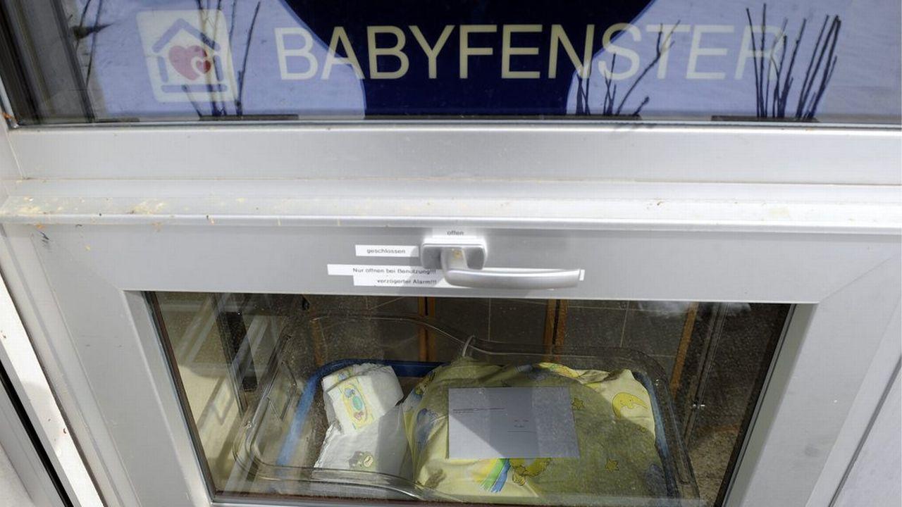 """La """"boîte à bébés"""" d'Einsiedeln, dans le canton de Schwytz, existe depuis dix ans et est considérée comme une """"expérience positive"""" par les députés valaisans. [Keystone]"""