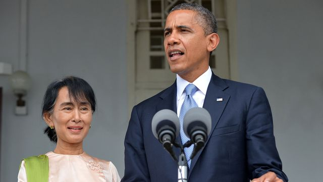 Barack Obama avec l'opposante Aung San Suu Kyi ce lundi 19.11.2012 à Rangoun. [Jewel Samad - AFP]
