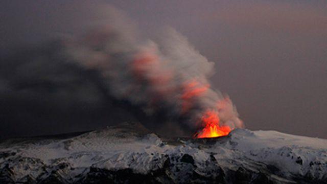 L'activité du volcan s'est intensifiée au point qu'il a fallu évacuer des personnes en Islande. [Reuters]