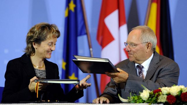 Eveline Widmer-Schlumpf en compagnie de Wolfgang Schäuble, le ministre allemand des Finances. [Soeren Stache - Keystone]