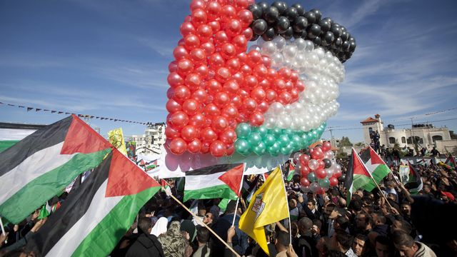 Pour célébrer la reconnaissance de leur Etat à l'ONU, les Palestiniens ont construit un drapeau avec des ballons. [AHMAD GHARABLI - AFP]