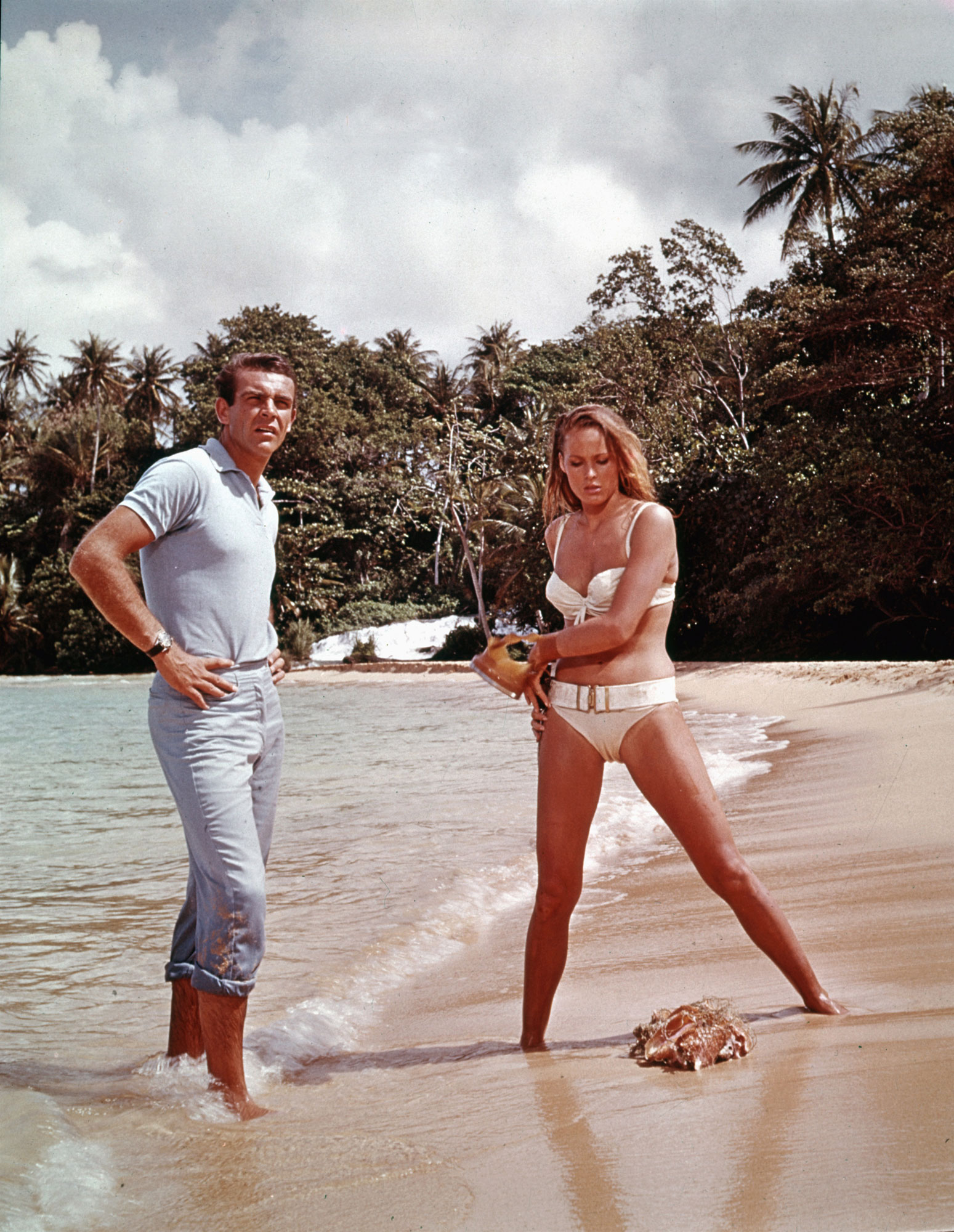 "Sean Connery et Ursula Andress dans ""James Bond 007 contre Dr No""."