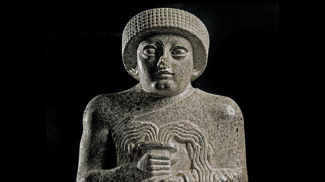 """Art sumérien : Statue de Gudea, prince de Lagash dite """"au vase jaillissant"""" et dédiée a la déesse Geshtinanna. Paris, Musée du Louvre. [Luisa Ricciarini/Leemage - AFP]"""
