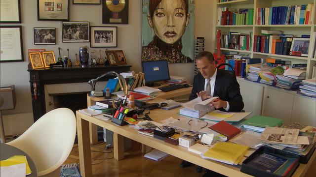 Avocat et rocker, Xavier Oberson ne cache plus sa double vie, même au bureau. [RTS]