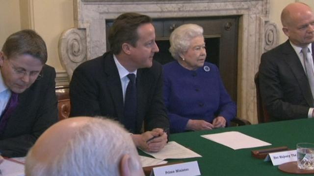 premier conseil des ministres pour la reine d 39 angleterre monde. Black Bedroom Furniture Sets. Home Design Ideas