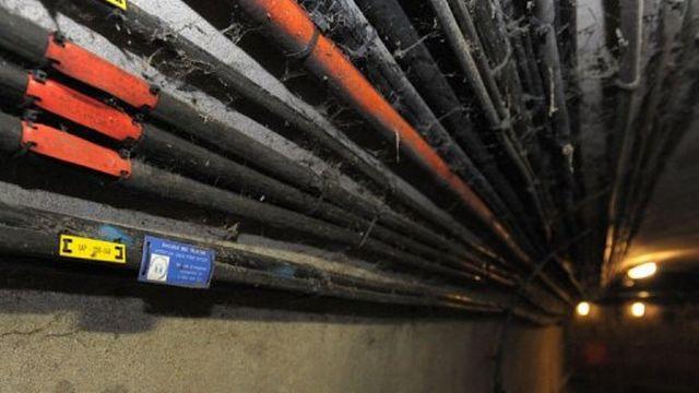 Des cables de fibre optique dans les égouts de Paris, le 18 décembre 2012 [AFP]