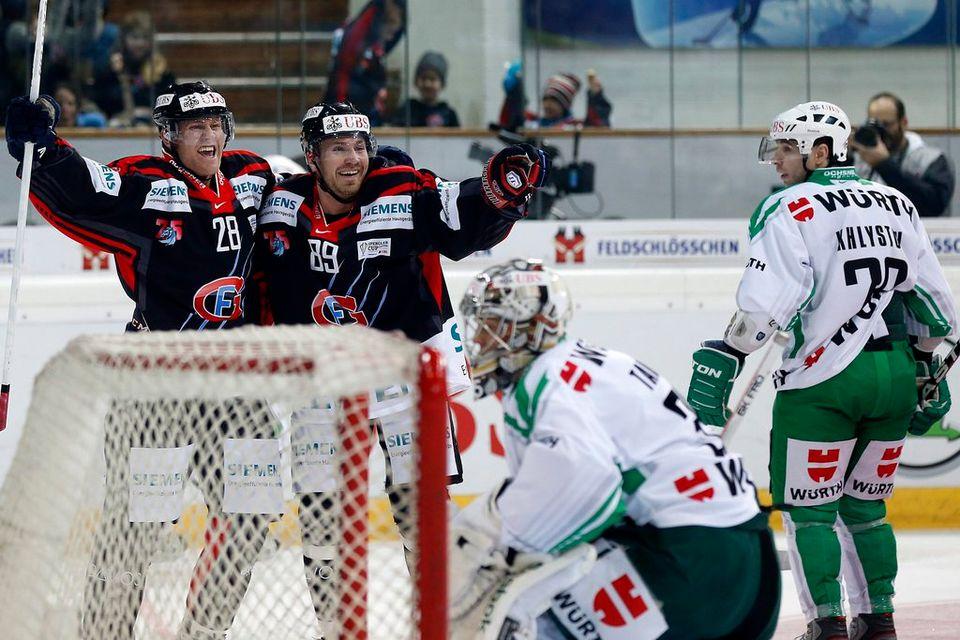 Andreï Bykov et Patric Hörnqvist jubilent après le 3-1 de l'international suisse.  [Salvatore Di Nolfi - Keystone]