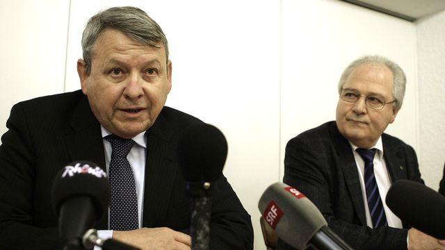 Le procureur Jean-Pierre Gross et le chef par intérim de la police cantonale Robert Steiner lors de la conférence de presse jeudi matin à Daillon. [Denis Balibouse - Reuters]
