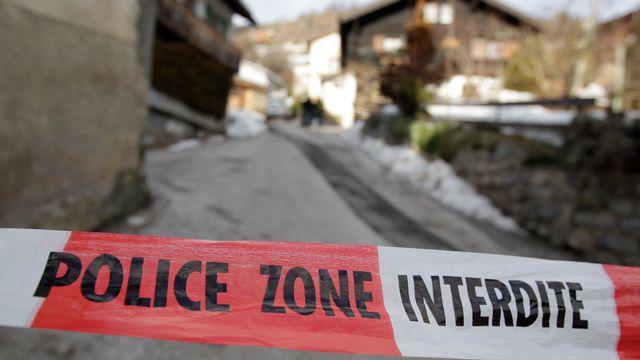 Une cloison de police avec, en arrière-plan, le village valaisan de Daillon. [Denis Balibouse - Reuters]