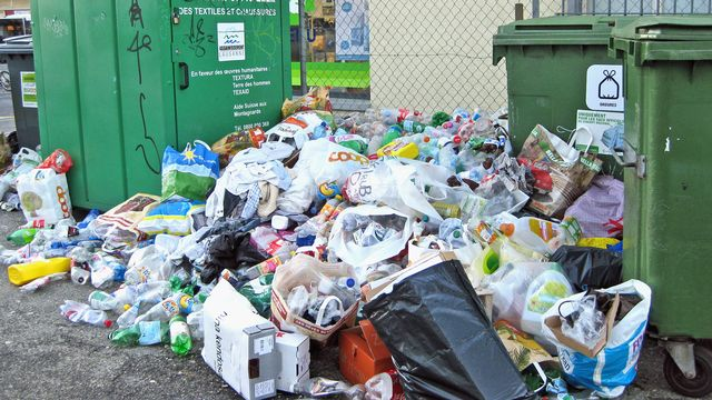 La collecte du PET n'est plus assurée à Lausanne, comme en témoignent les montagnes de plastique dans certains endroits. [Valérie Hauert - RTS]