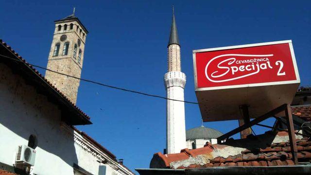 Clocher et minaret dans le vieux Sarajevo. [Fabien Hunenberger - RTS]
