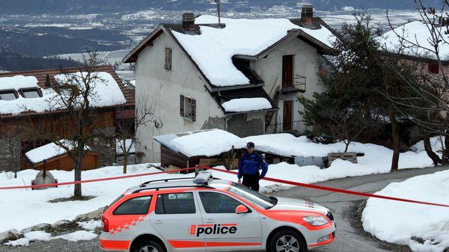 La police cantonale a bouclé les alentours de la maison du forcené présuméà Daillon, en Valais. [Denis Balibouse - Reuters]