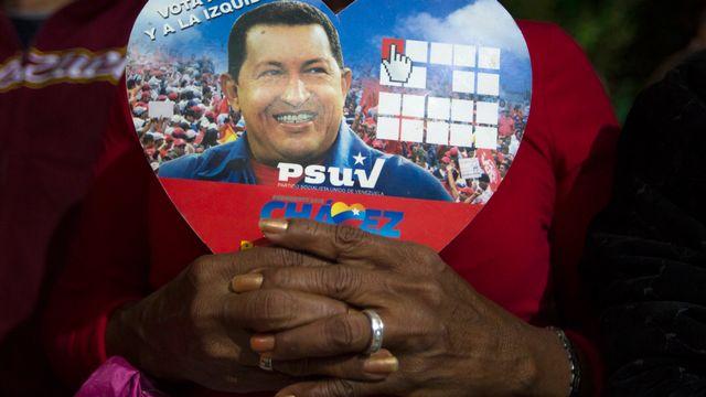 Un partisan de Hugo Chavez tenant une photo du président vénézuélien. [Carlos Garcia Rawlins  - Reuters]
