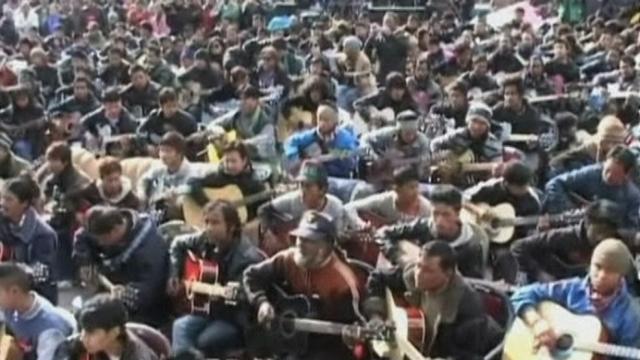 """500 guitaristes jouent """"Imagine"""" en hommage à l'étudiante violée"""