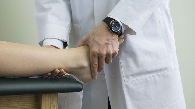 Les ostéopathes non-diplômés ne pourraient plus pratiquer. [Michèle Constantini - PHOTOALTO/AFP]