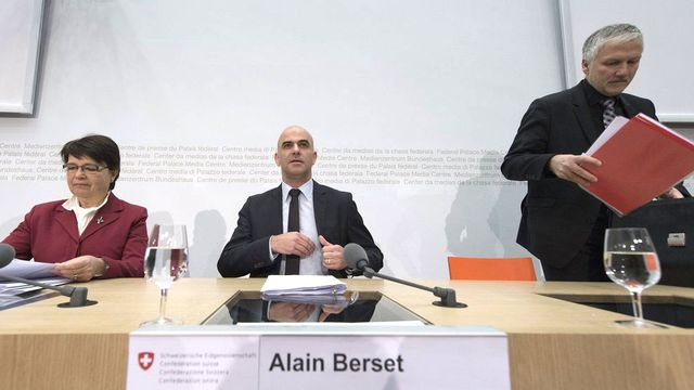 Thérèse Meyer-Kälin, Alain Berset et Peter Gomm ce vendredi matin 18.01.2013 à Berne. [Lukas Lehmann - Keystone]