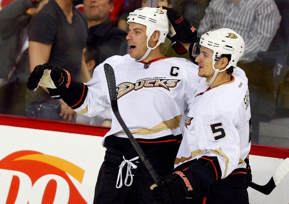 Sbisa (à droite) estime être un leader des Ducks, à l'instar de Getzlaf (à gauche). [Jeff McIntosh - Keystone]