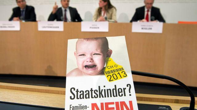 Les opposants au nouvel article sur la famille soumis au peuple le 3 mars sont partis en campagne avec une affiche de bébé en pleurs, étiqueté à l'oreille comme une vache. [PETER SCHNEIDER - Keystone]