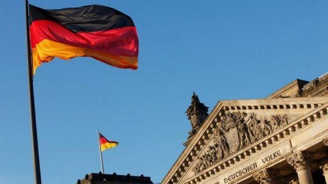 Drapeau allemand devant le Reichstag, à Berlin [AFP]