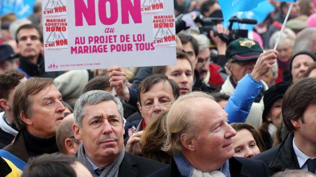 Les députés UMP Henri Guaino (gauche) et Brice Hortefeux, lors d'une manifestation contre le mariage homosexuel, le 13 janvier dernier. [Thomas Samson - AFP]
