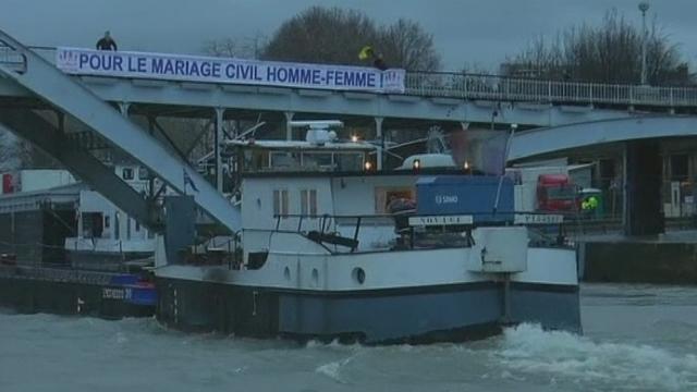 Opposants au mariage gay en bateau-mouche