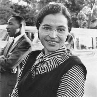 Rosa Parks en 1955 avec Martin Luther King en arrière-plan. [DP]