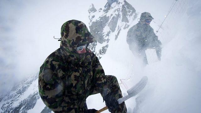 Le 25 avril 2012: des militaires préparent les marches de la descente du col Bertol au-dessous de la cabane Bertol, à 3311 mètres d'altitude, pour la Patrouille des glaciers. [Olivier Maire - Keystone]