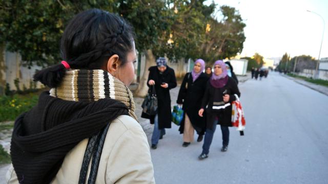 Sous Ben Ali le port du voile était interdit. Essia ne l'a jamais porté et préfère se faire des tresses qu'elle porte chaque jour. [Thibaut Cavaillès - RTS]