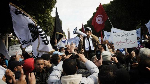 Des milliers de supporteurs du parti islamiste au pouvoir Ennahda ont défilé samedi sur l'avenue Habib Bourguiba de Tunis. [GIANLUIGI GUERCIA  - AFP]
