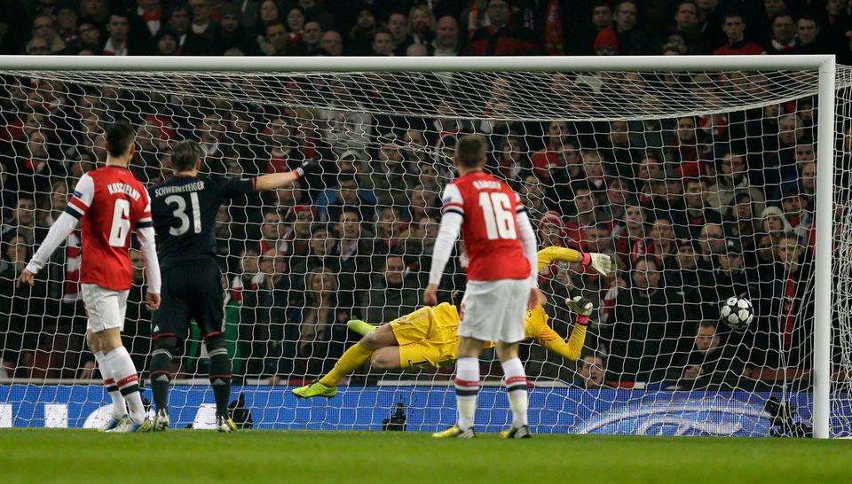 La frappe de Kroos fait mouche et l'Emirates Stadium reste muet. [Alastair Grant  - Keystone]