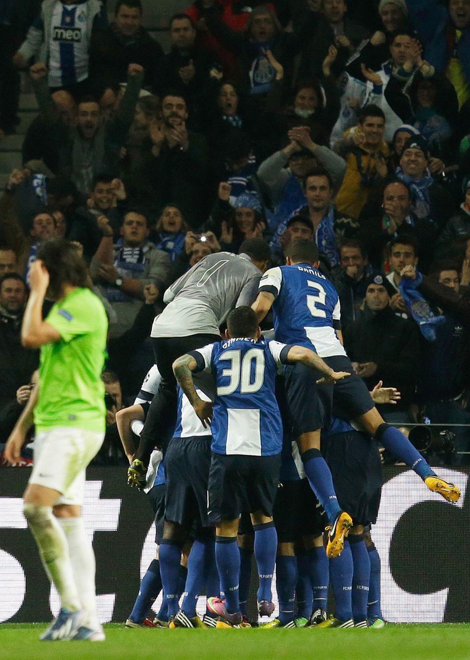 Même le gardien Helton est venu féliciter Moutinho pour sa réussite. [Keystone]