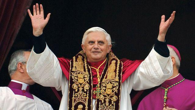 Benoît XVI, fraîchement élu, apparaît au balcon de la basilique Saint-Pierre le 19 avril 2005. [Domenico Stinellis - AP/Keystone]