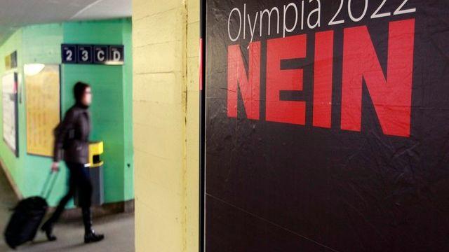 Une affiche des opposants aux Jeux olympiques.  [Arnd Wiegmann/Reuters]