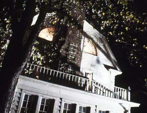 Les fant mes des revenants hantant les ch teaux flottant for Amityville la maison du diable
