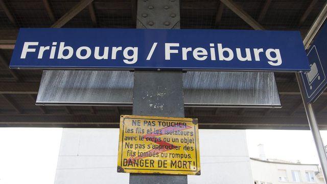 La gare de Fribourg annonce la ville en deux langues. [Peter Klaunzer - Keystone]