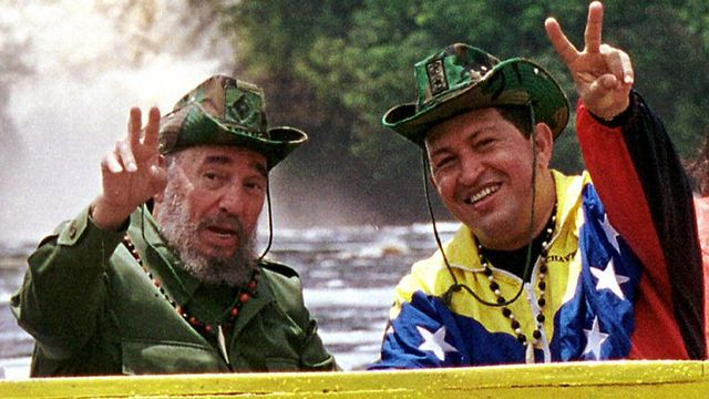 Sur cette image de 2001, Hugo Chavez pose avec Fidel Castro. [Egilda Gomez - Keystone]