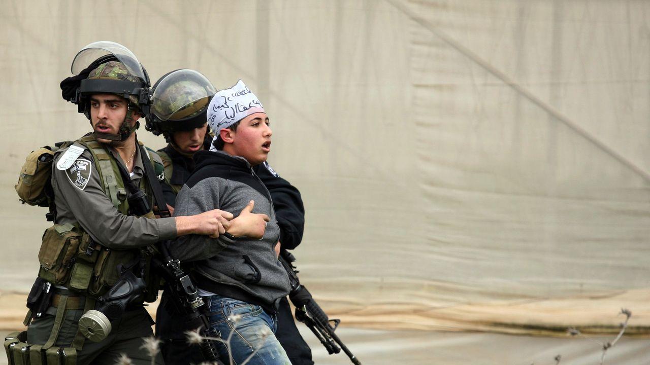 La police des frontières israélienne et un jeune manifestant palestinien. [AFP]