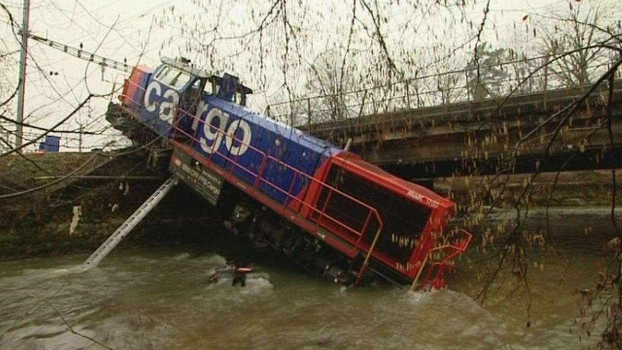 Une locomotive finit dans une rivière
