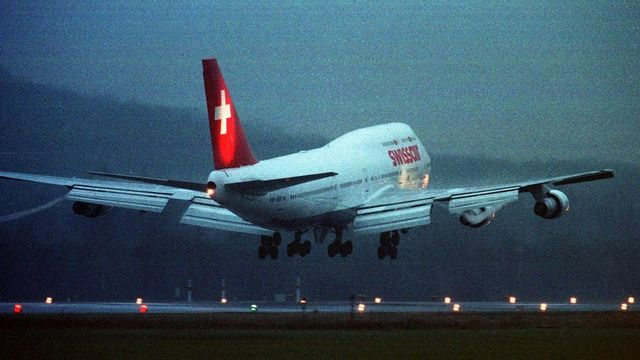 Un Boeing 747 se pose le 10 janvier 2000 à Zurich. Il s'agit du dernier atterrissage de ce modèle (747-357) exploité depuis 1983. [Christoph Ruckstuhl - Keystone]