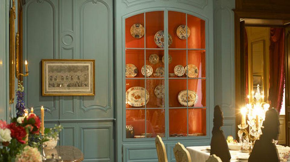 Table dressée et buffet dans la grande salle à manger. [Musée national suisse]